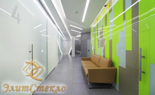 оформление офиса с помощью окрашенного стекла