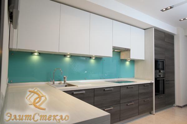 окрашенное стекло в дизайне кухни